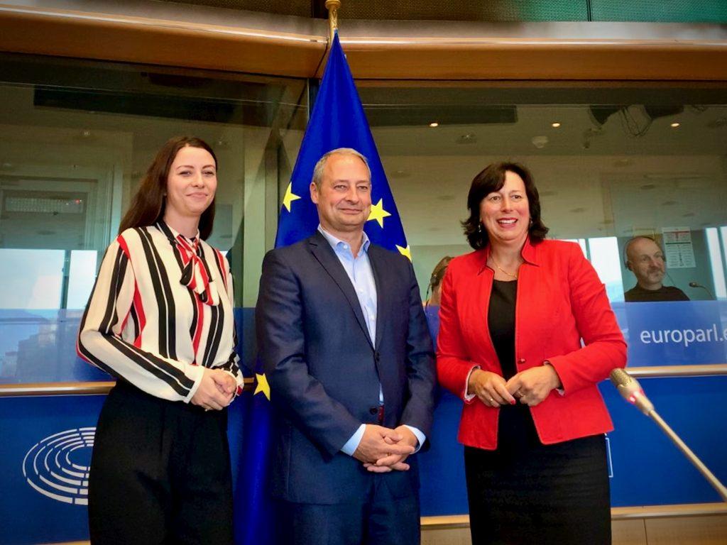 Zwei Frauen und ein Mann in der Mitte