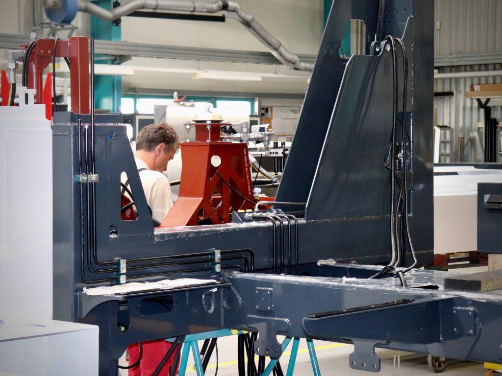 Werkhalle mit Maschinen und Arbeiter